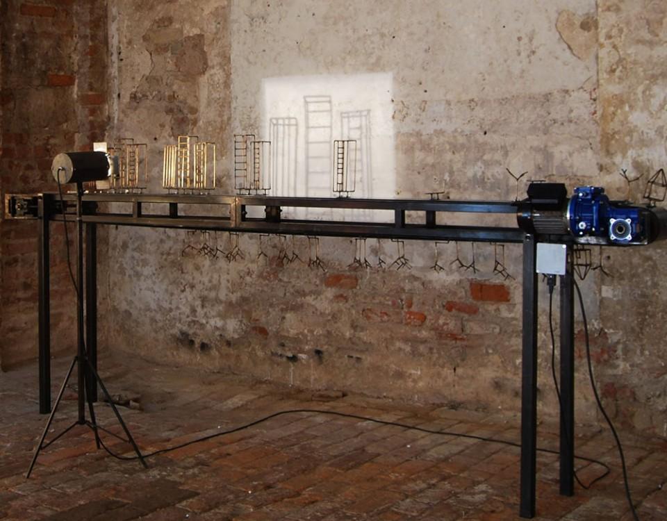 1 Titolo il Processo Michele D'agostino Anno 2011Misure cm 310x110x28  Materiali ferro,pvc componenti elettronici