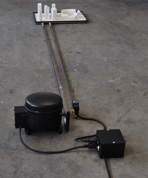 Michele-DAgostinoTitolo-respiro-Anno-2012-Misure-240x140x40-Materiali-ferro-compressore-gomma-siliconica-componenti-elettronici-850x1024
